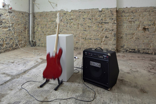 instrumental, 2011. Fender-Bassgitarre, Ausstellungssockel, Gitarrenverstärker, Gitarrenständer mit Motor, 80 cm x 50 cm x 60 cm. Foto: Thomas Bruns